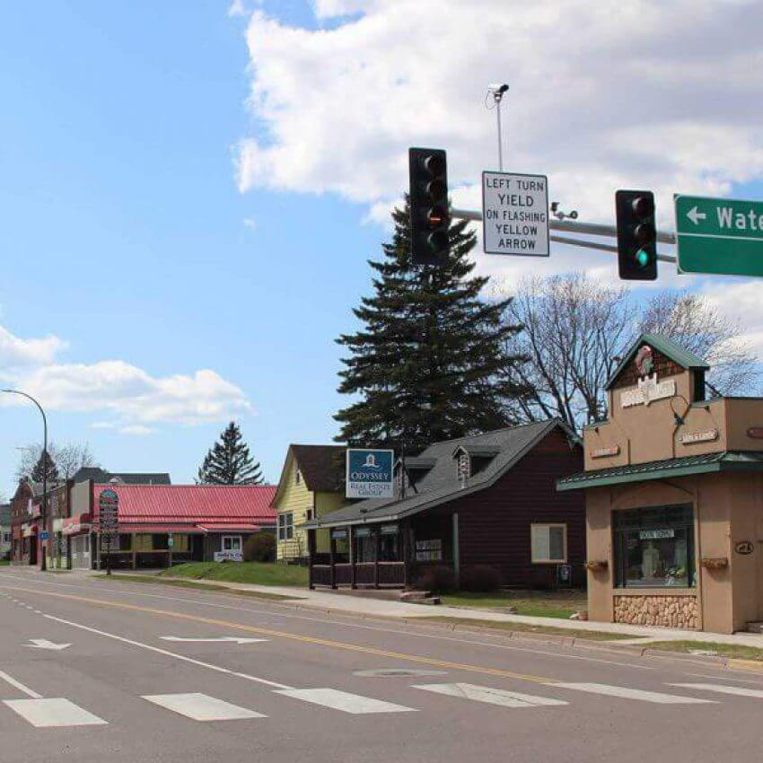 shops and reestuarants along highway 61 uptown in two harbors mn